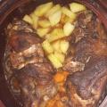 Свински крачета в гювеч с картофи и моркови