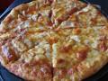 Вкусна пица с шунка, моцарела и топено сирене