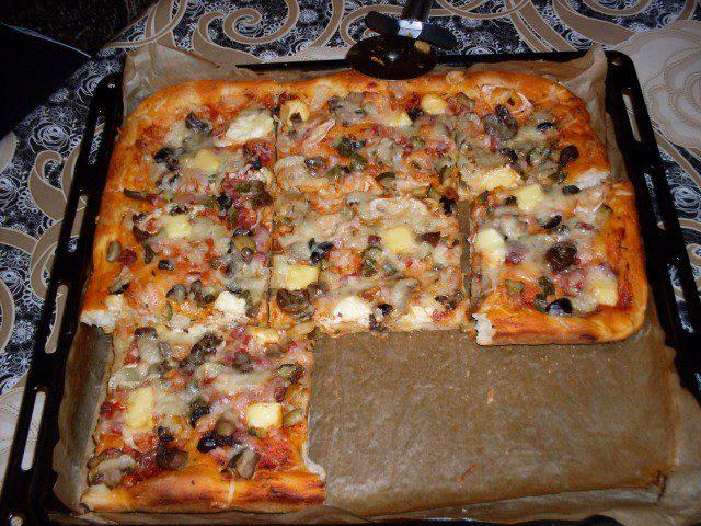 Домашна пица с топено сирене и колбаси