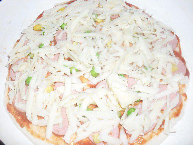Пица с грах, кренвирш и царевица