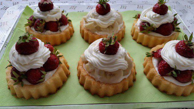 Тарталетки с ягоди и банани