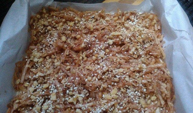 Постен сладкиш с ябълки, грис и ядки