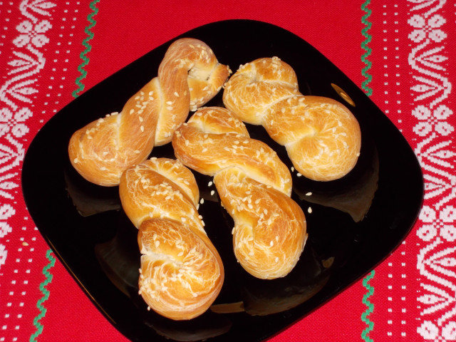 Вкусни усукани сусамови хлебчета