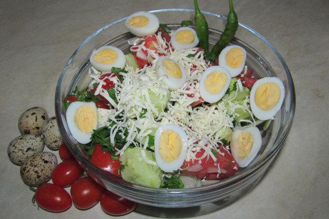 Свежа салата с пъдпъдъчи яйца