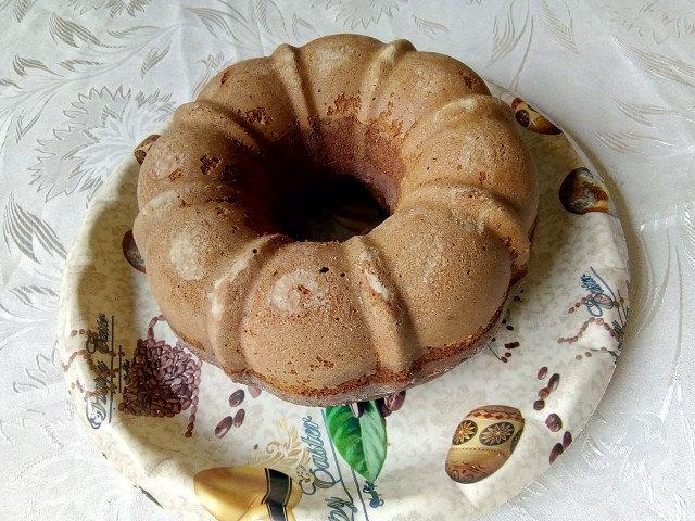 Двуцветен пухкав кекс с какао, канела и орехи