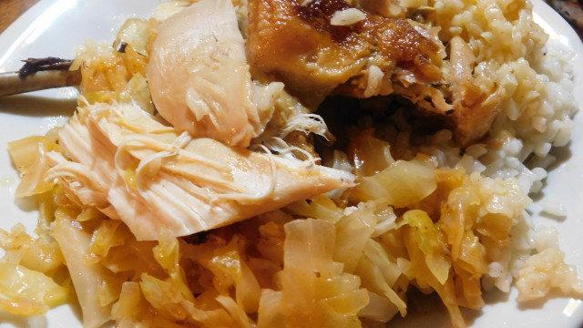 Пълнена домашна кокошка с ориз върху кисело зеле