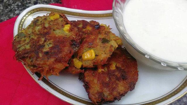 Картофени тиганици с царевица и сос