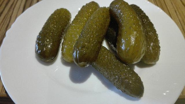 Солени краставички в бидон