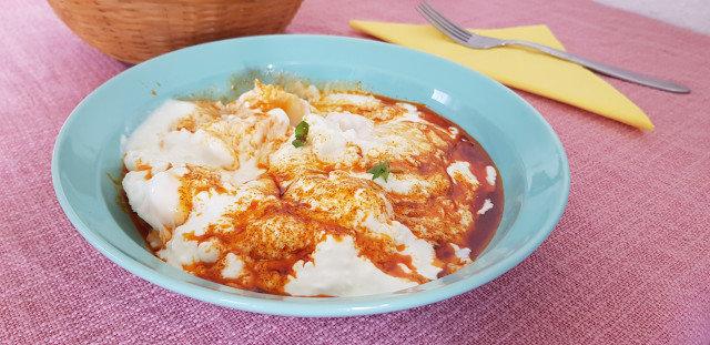 Яйца по панагюрски с чеснов сос