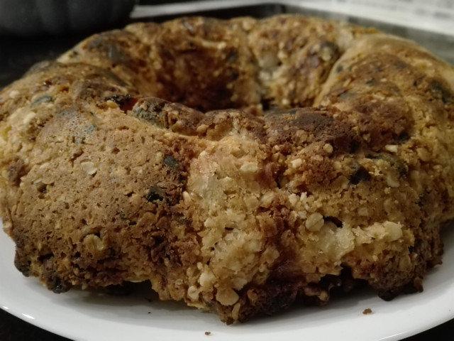 Овесен сладкиш с ябълки, фурми и орехи