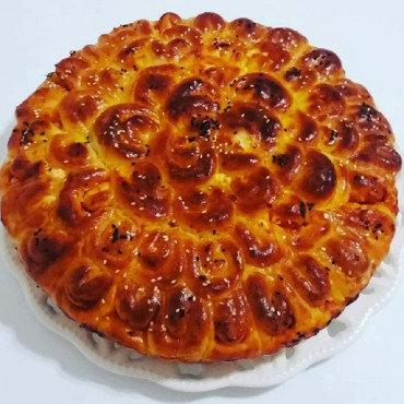 Питка с колбас, сирене и лютеница