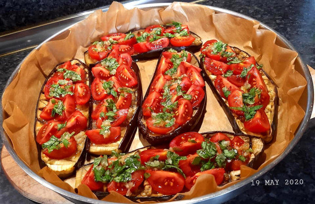 Печен патладжан с домати и моцарела